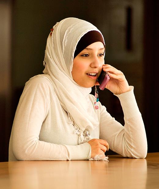 junges Mädchen telefoniert